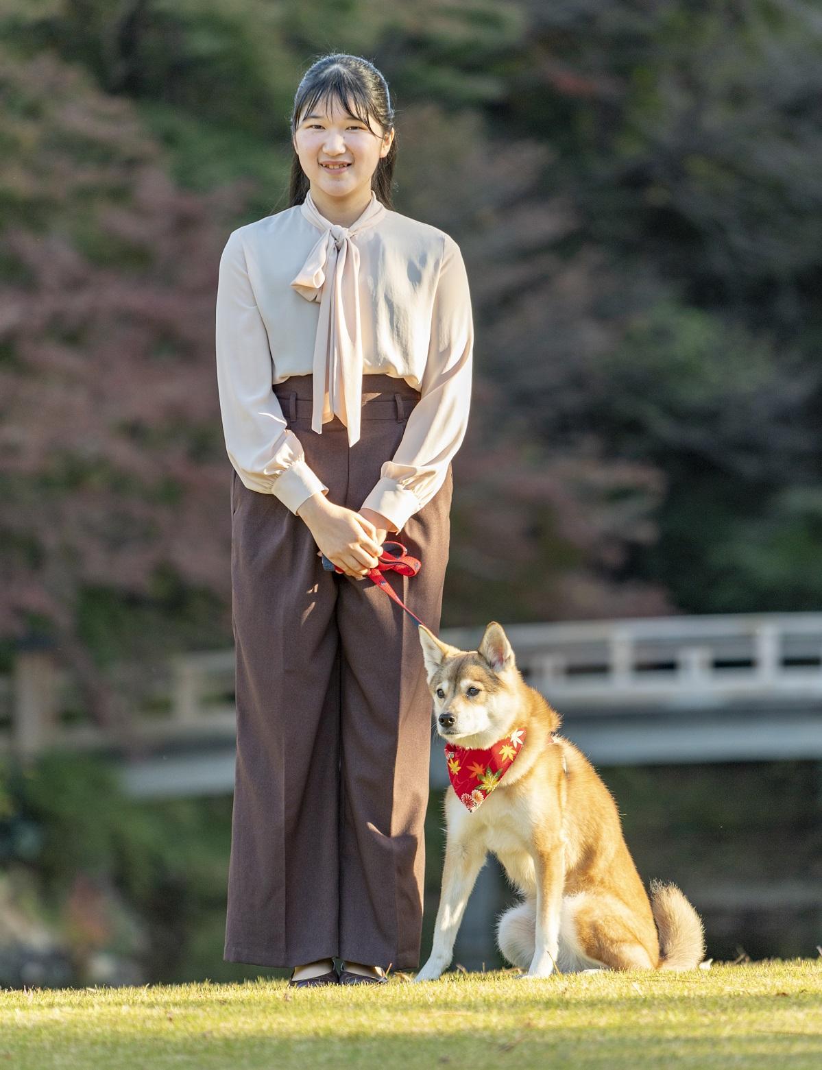 愛犬「由莉(ゆ・り)」と共に散歩する愛子さま=2020年11月22日午後、赤坂御用地、宮内庁提供