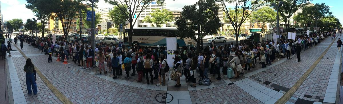 写真・図版 : 嵐のコンサート会場へ向かうバス乗り場で=2015年9月19日、仙台市宮城野区