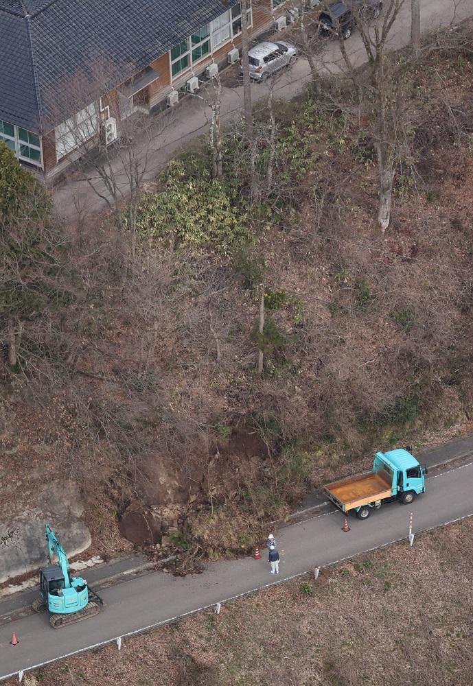 写真・図版 : 2020年で最大震度を記録した石川県能登地方の地震で斜面が崩れた現場=2020年3月13日、石川県輪島市三井町