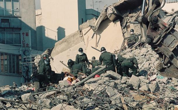 写真・図版 : 阪神・淡路大震災、7階建て「宝喜ビル」の倒壊現場=1995年1月19日、兵庫県西宮市
