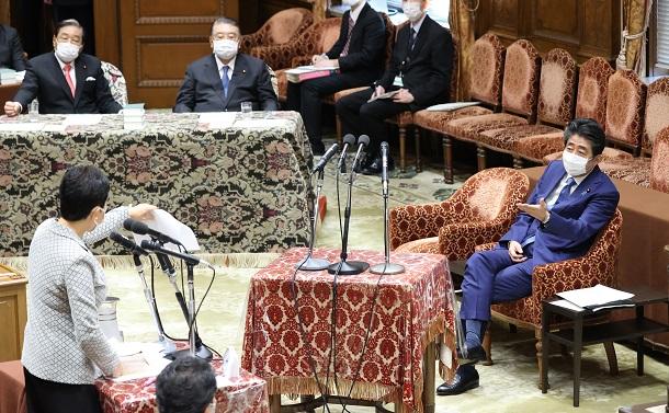 写真・図版 : 衆院の議院運営委員会で、立憲民主党の辻元清美氏の質問を聞く安倍晋三前首相(右)=2020年12月25日