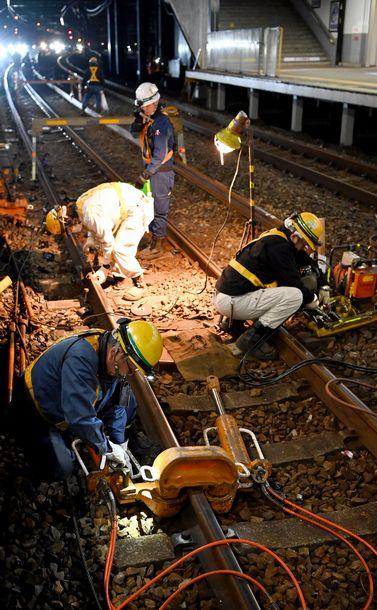 写真・図版 : 終電の後、大阪市内の駅でレール交換などの保線作業をする人たち=白井伸洋撮影