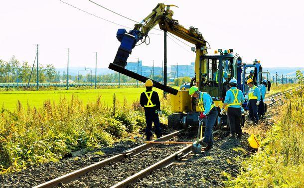 写真・図版 : 北海道のJR釧網線で枕木を交換する人たち=神村正史撮影