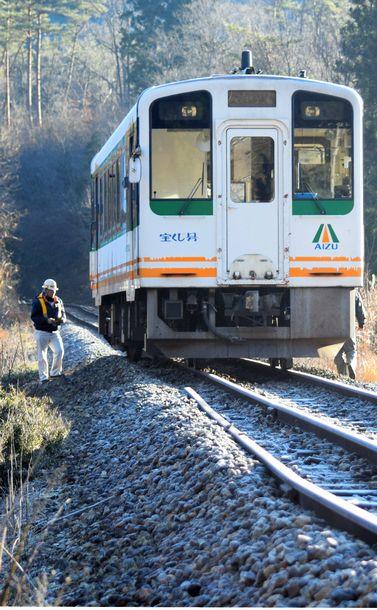写真・図版 : 脱線した車両を調べる会津鉄道の関係者=2019年12⽉25⽇、⼾松康雄撮影