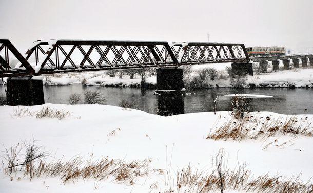 写真・図版 : 山形交通フラワー長井線の最上川橋梁。1886年に桁が製作された日本最古の現役鉄道橋梁で、135年にわたって使われている。当初は東海道線の木曽川に架かっていたが、1923年に移築された=伊東⼤治撮影