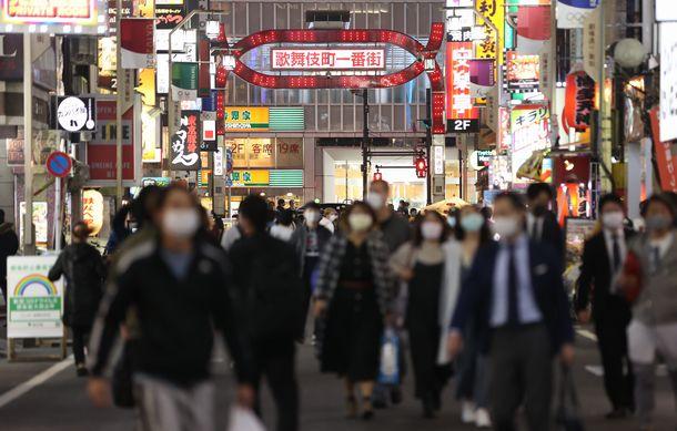 多くの飲食店が立ち並ぶ新宿・歌舞伎町=2020年11月18日、東京都新宿区