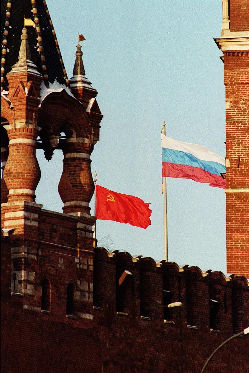 写真・図版 : ソ連のゴルバチョフ大統領とロシア共和国のエリツィン大統領が、ソ連を消滅させ、独立国家共同体に移行することで合意し、クレムリンにはソ連邦国旗(左)とロシア共和国国旗が翻った= 1991年12月18日、モスクワ
