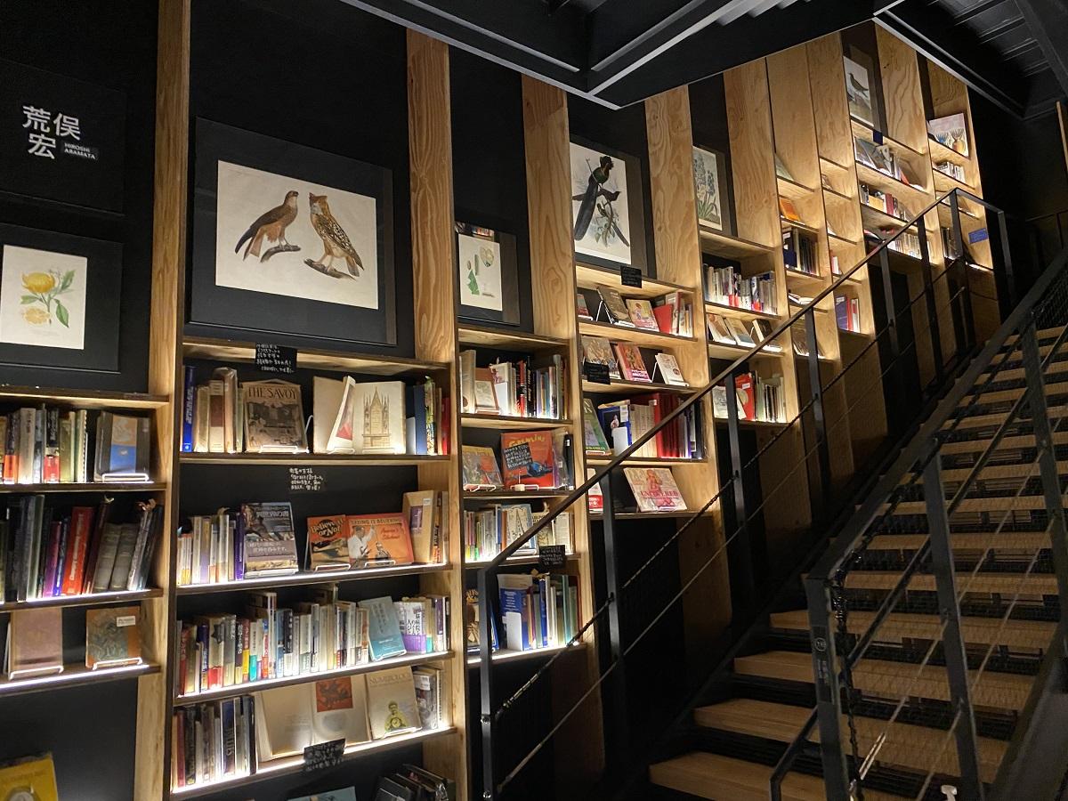 写真・図版 : 4階から5階への階段「アティックステップ」には荒俣宏選書の棚が=撮影・筆者