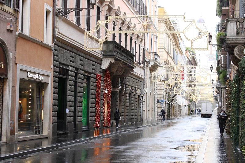 写真・図版 : ロックダウンで通りの両側に並ぶ店がほぼすべて閉店したため、閑散としたローマの中心街=2021年1月5日、河原田慎一撮影