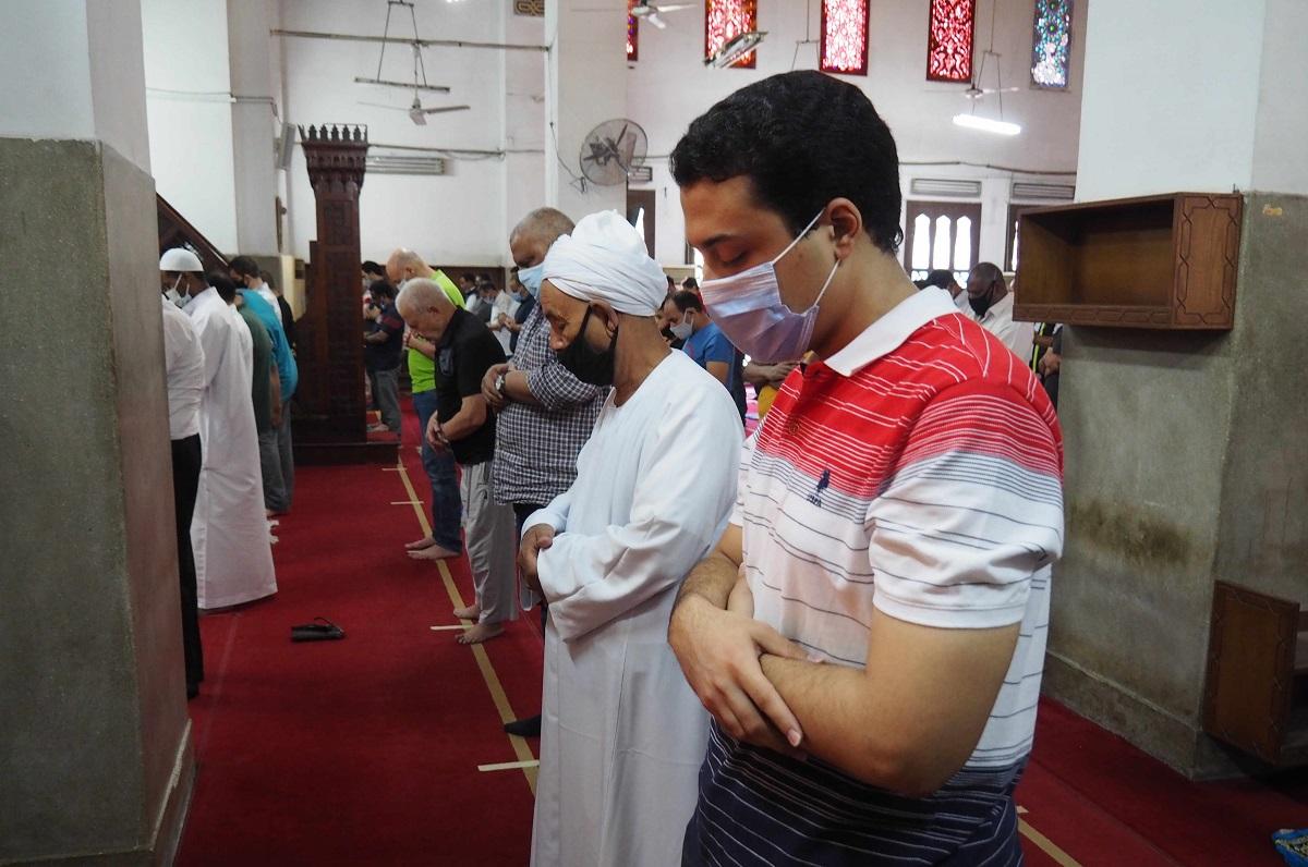 写真・図版 : 5カ月ぶりに再開された金曜礼拝で、イスラム教の聖地メッカに向けて祈りを捧げる人たち=2020年8月28日、カイロ