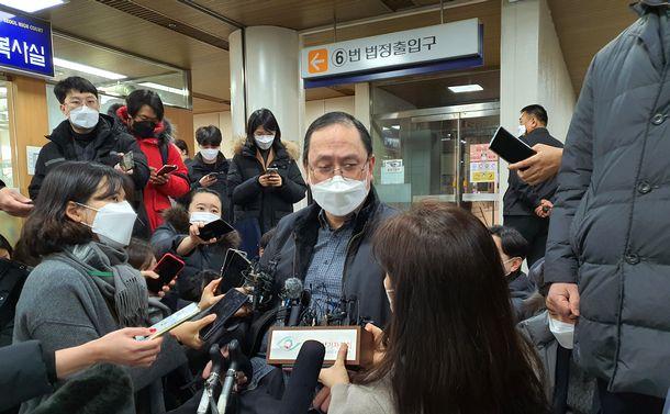 写真・図版 : ソウル中央地裁が2021年1月8日、日本政府に元慰安婦への賠償を命じた判決後、記者団の取材を受ける原告の弁護士