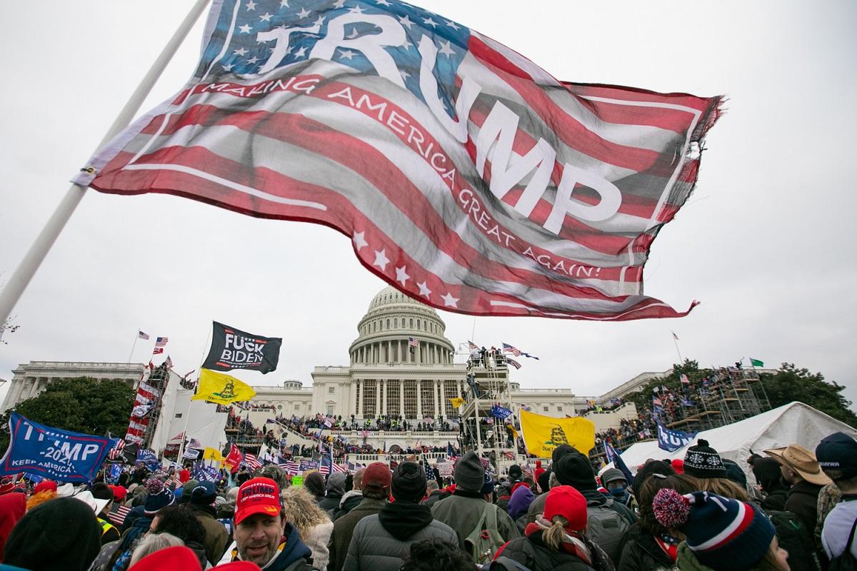 アメリカの首都ワシントンの連邦議会議事堂前に集まったトランプ大統領の支持者たち=2020年1月6日、ランハム裕子撮影
