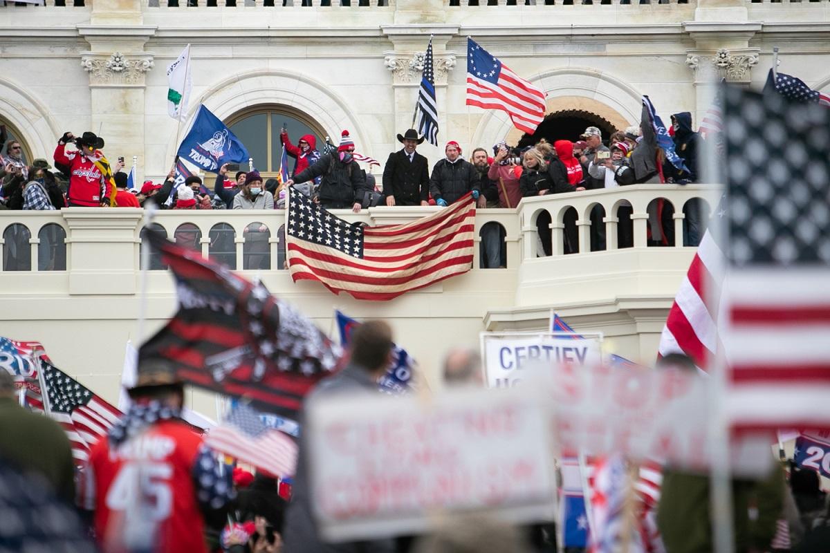連邦議会議事堂に集まったトランプ大統領の支持者たち=ランハム裕子撮影