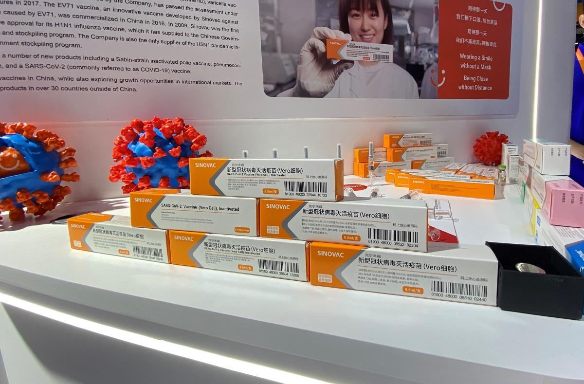 写真・図版 : シノバックが開発した新型コロナウイルスのワクチン。9月の中国国際サービス貿易交易会で初めて公表された=2020年9月6日、北京