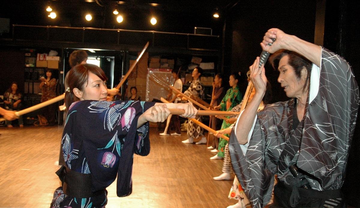 写真・図版 : 地元劇団員に殺陣を指導する福本清三さん(右)=2010年7月、京都市左京区