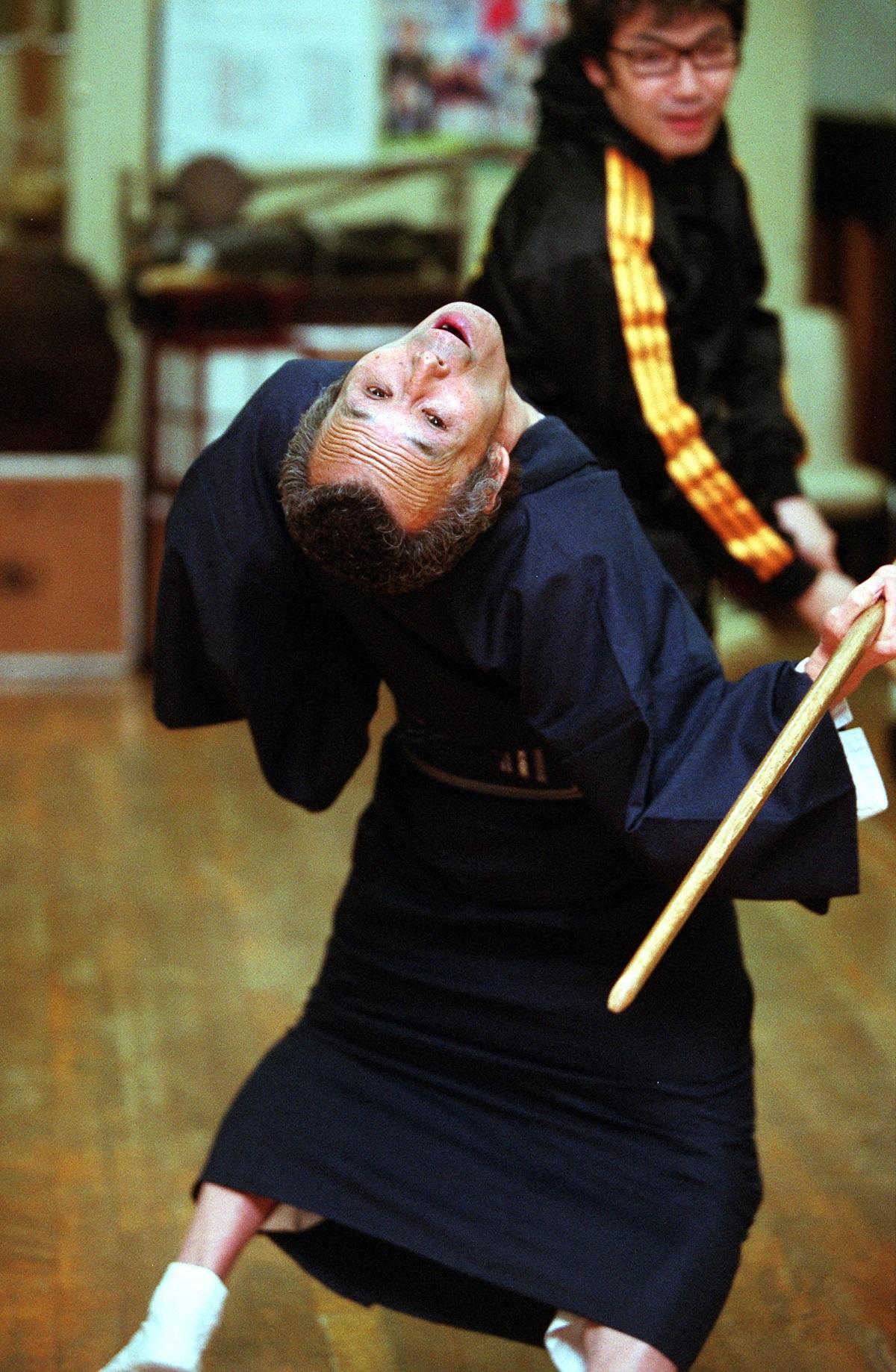 写真・図版 : 福本清三さんの得意技「エビ反り」=2012年、東京都新宿区