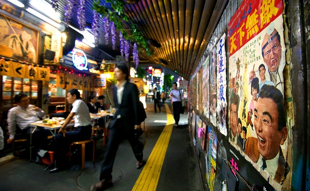 写真・図版 : サラリーマンの憩いの場、JR有楽町駅近くのガード下=2013年6月20日、東京都千代田区