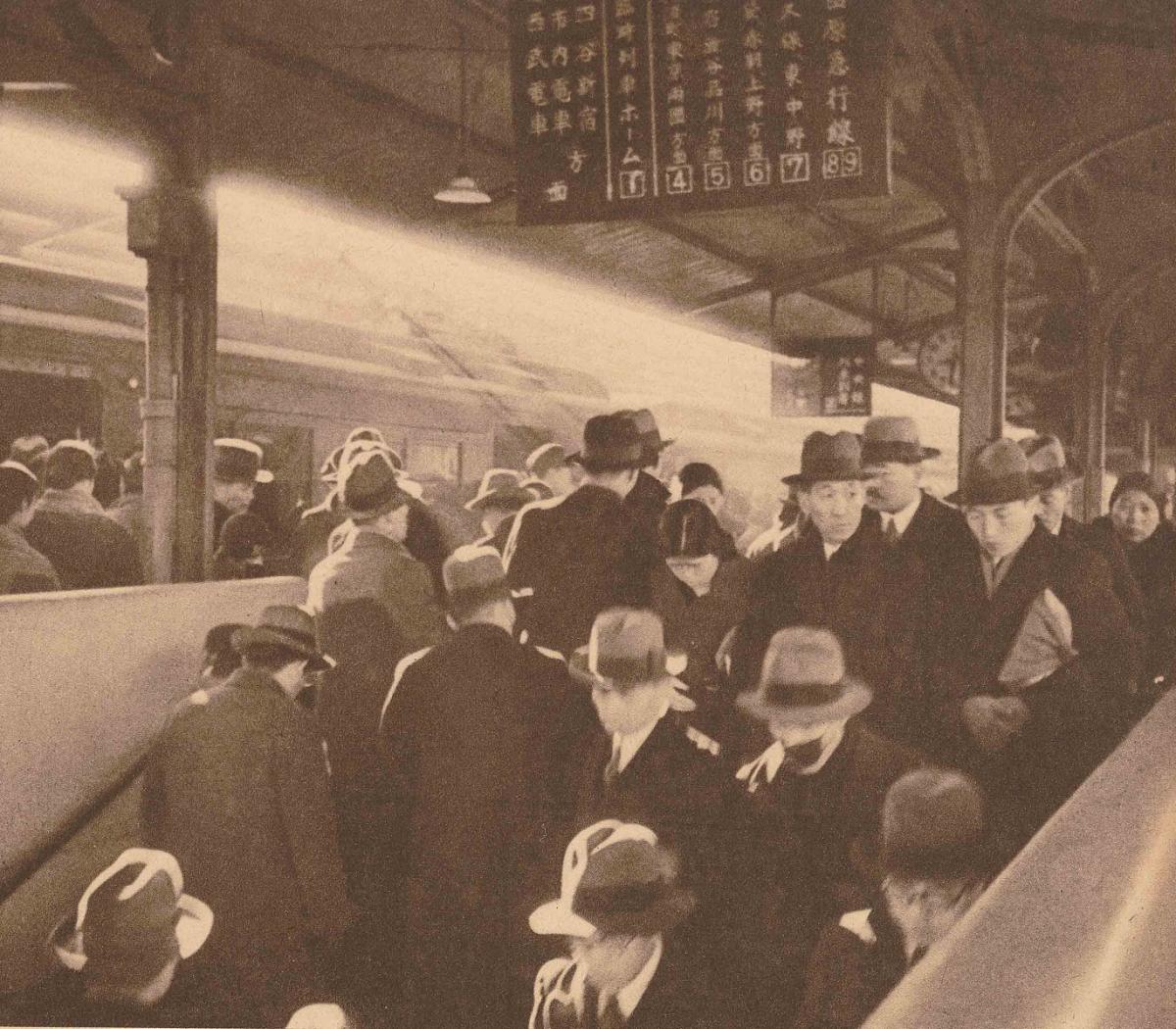 写真・図版 : サラリーマンの通勤客で混雑する国鉄新宿駅=1935年