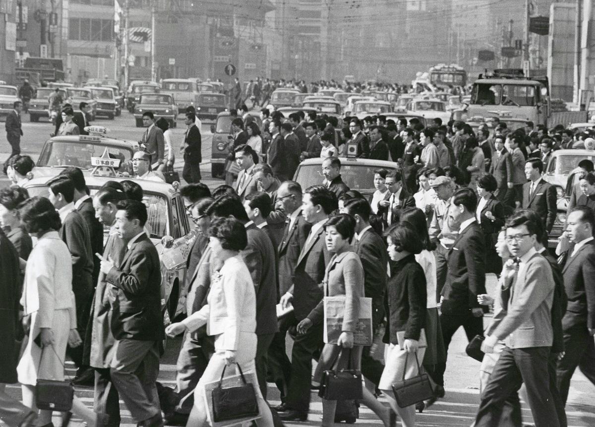 写真・図版 : 東京駅八重洲口を歩くサラリーマンたち=1967年4月8日