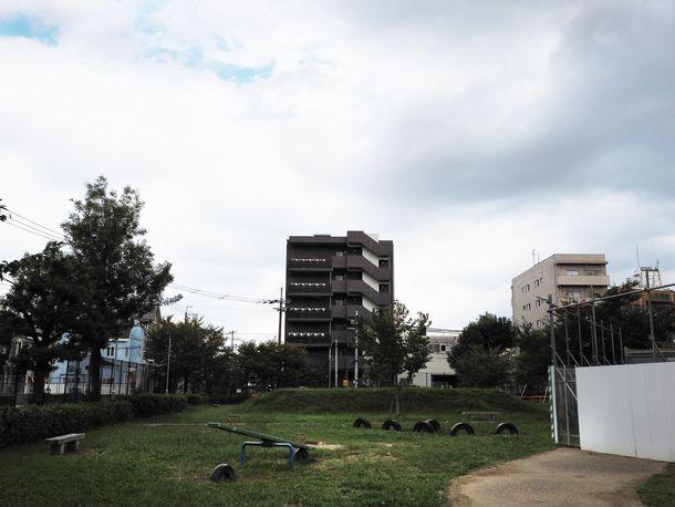 写真・図版 : 写真奥のホテルが建つ場所が、かつての京都朝鮮第一初級学校の敷地だった(安田菜津紀撮影)