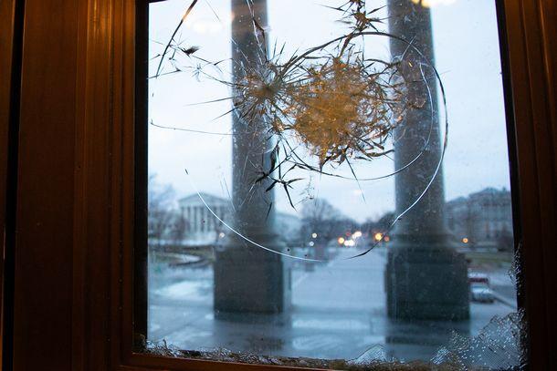 米議会突入で割られたガラス。ガラスは直せるが、傷ついた民主主義は修復できるか。2021年1月8日、ランハム裕子撮す