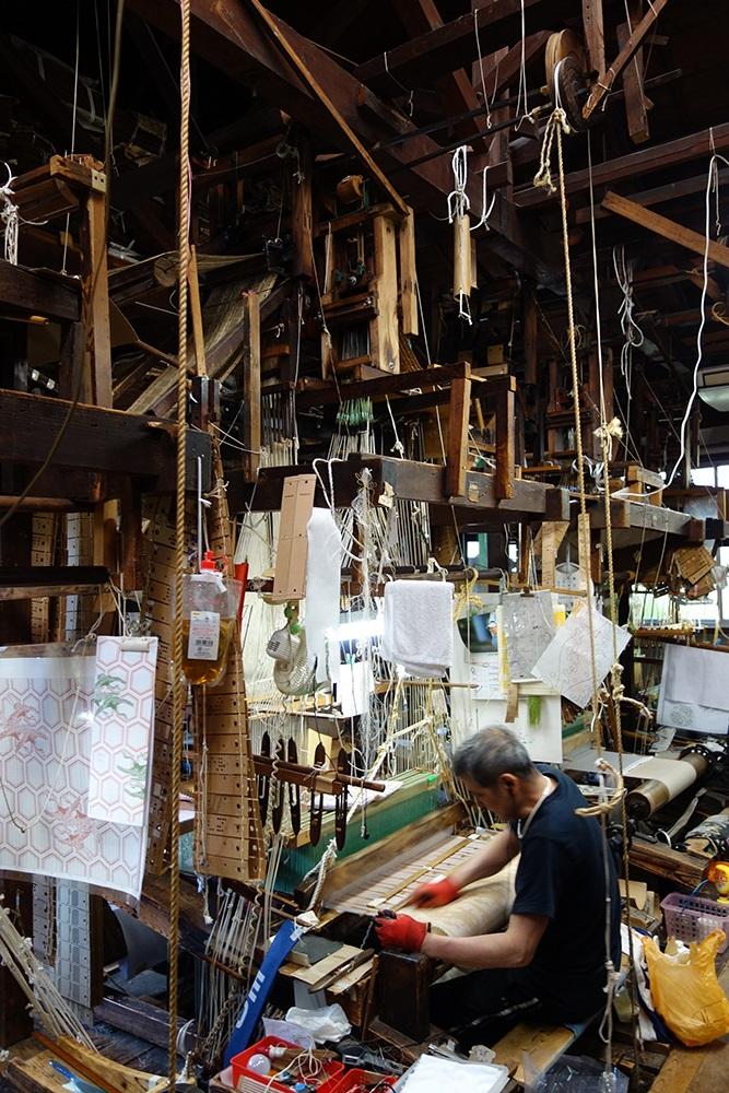 写真・図版 : 佐々木能衣装の仕事場=京都市上京区