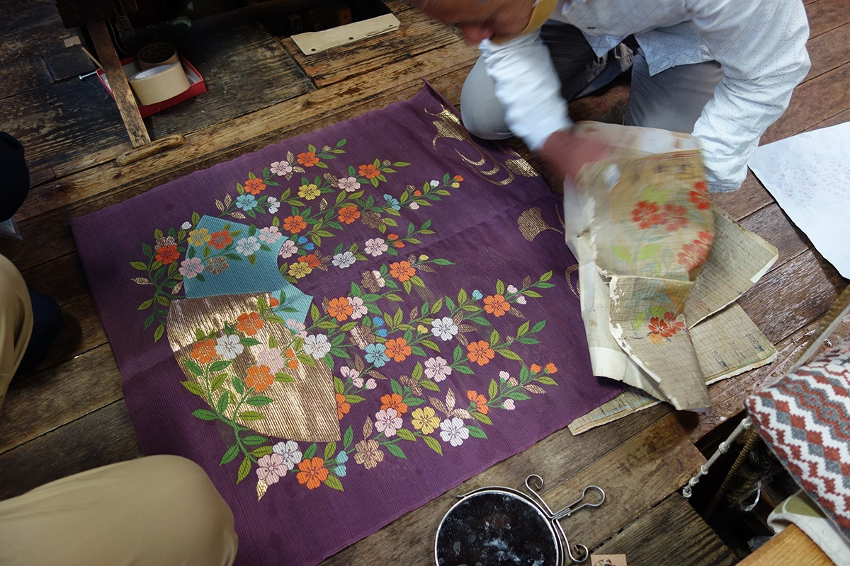 写真・図版 : 佐々木能衣装の仕事風景=京都市上京区