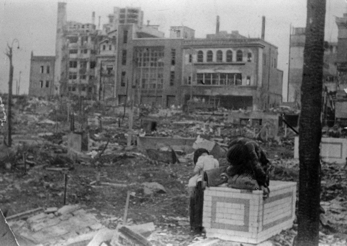 写真・図版 : 終戦時の東京・新宿駅前通り=1945年8月15日