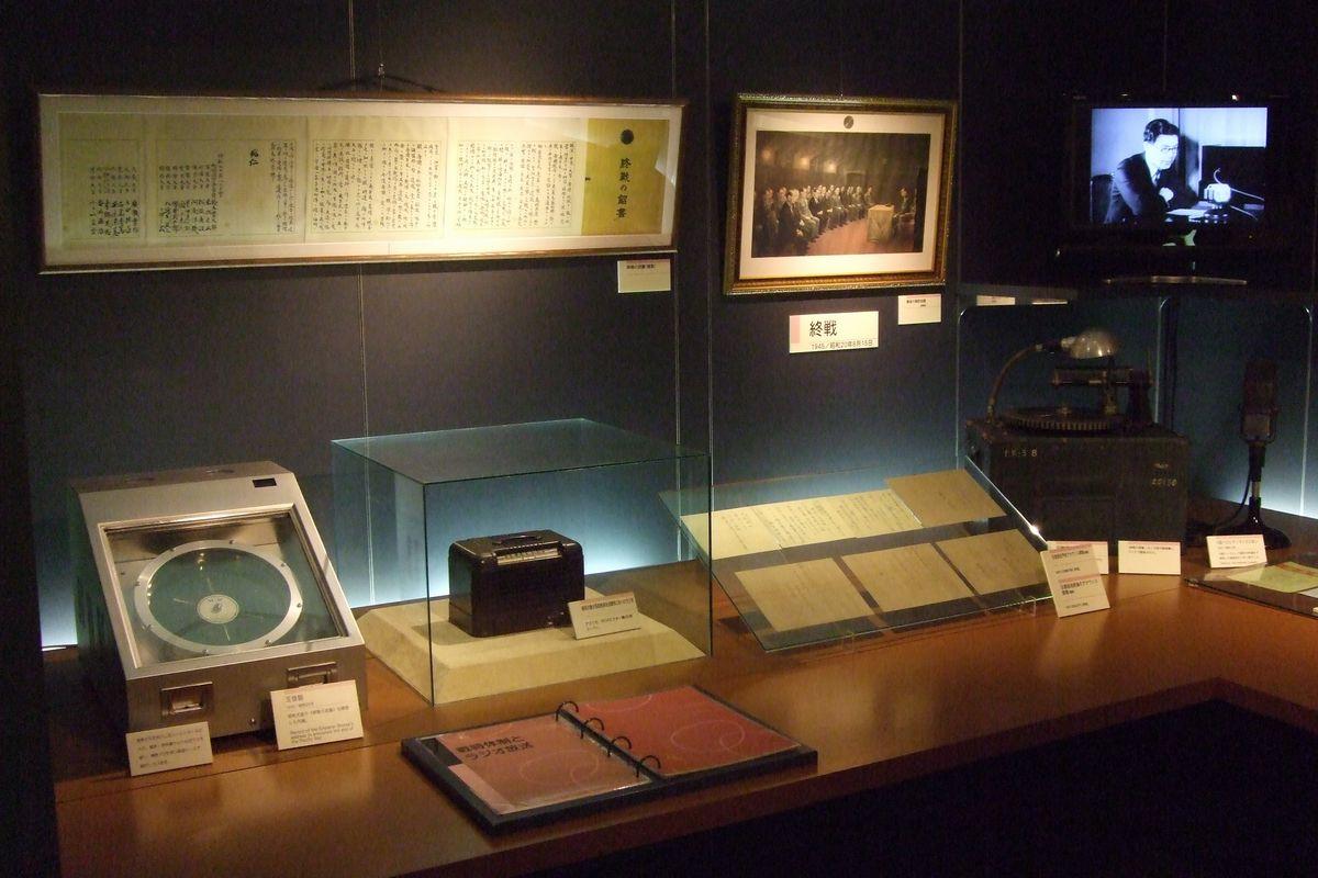写真・図版 : 玉音放送が録音された「玉音盤」(左下)や、昭和天皇が自身の玉音放送を聴いたラジオなどの資料=2010年8月4日、東京都港区のNHK放送博物館