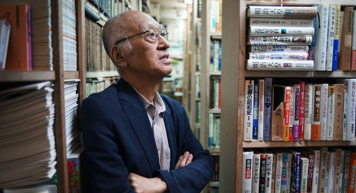 写真・図版 : 自宅の書庫には、一族から受け継いだ夏目漱石に関する本などがずらりと並んでいた=2014年10月1日、東京都世田谷区