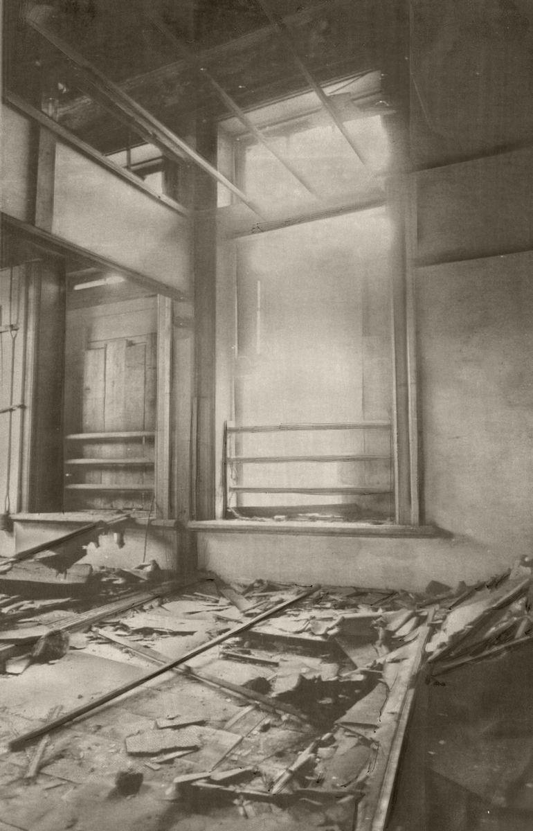 写真・図版 : 宮城事件から25年を経た近衛師団司令部。森赳近衛師団長が反乱将校に射殺された師団長室は、天井が落ち床は破れ、赤レンガの建物は廃墟のままだった=1970年8月14日撮影