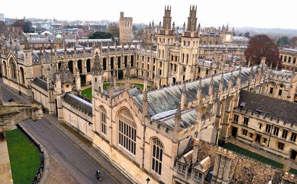 オックスフォードの街並み。聖マリア大学教会の塔から「尖塔の街」が一望できる=2013年11月28日
