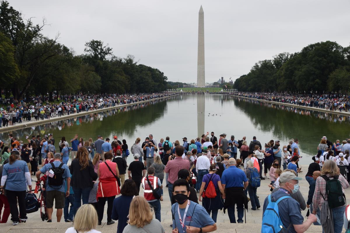 写真・図版 : ワシントン中心部で行われた、キリスト教福音派信者らによる「祈りの行進」=2020年9月26日