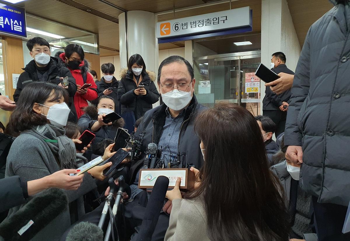 日本政府に元慰安婦への賠償を命じた判決が出た後、取材を受ける原告の弁護士=2021年1月8日