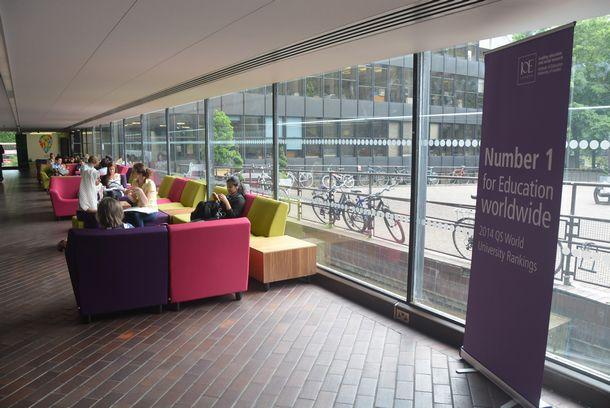 ロンドン大学教育研究所の玄関に飾られた「教育学では世界ナンバー1」の垂れ幕=2014年6月9日