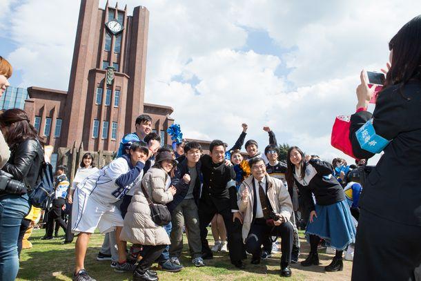 東京大学の安田講堂をバックに記念撮影し、合格を祝う受験生ら=2017年3月10日、東京都文京区