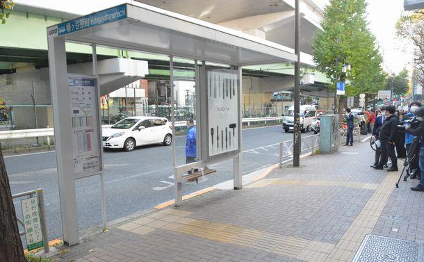 写真・図版 : ホームレスの女性が殺された現場。バス停のベンチに座っていたところ、男に殴られたという=2020年11月16日、東京都渋谷区幡ケ谷2丁目