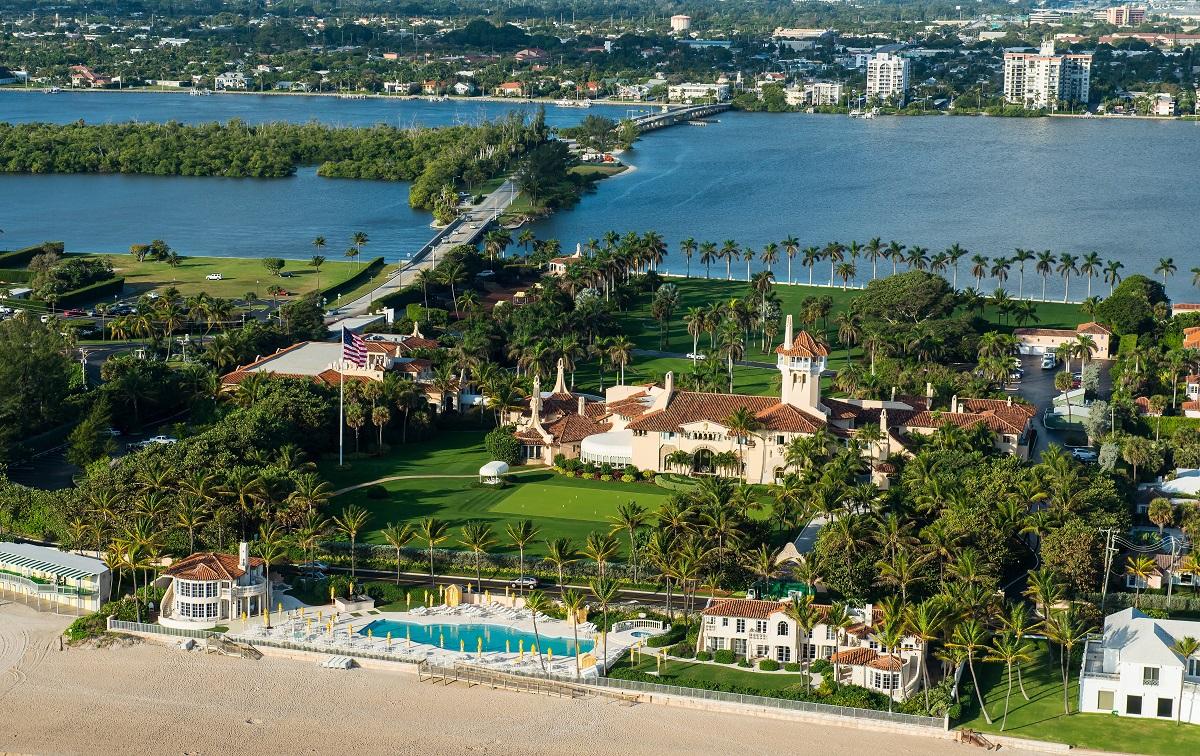 写真・図版 : フロリダにあるトランプ前大統領の別荘「マールアラーゴ」 FloridaStock/Shutterstock.com