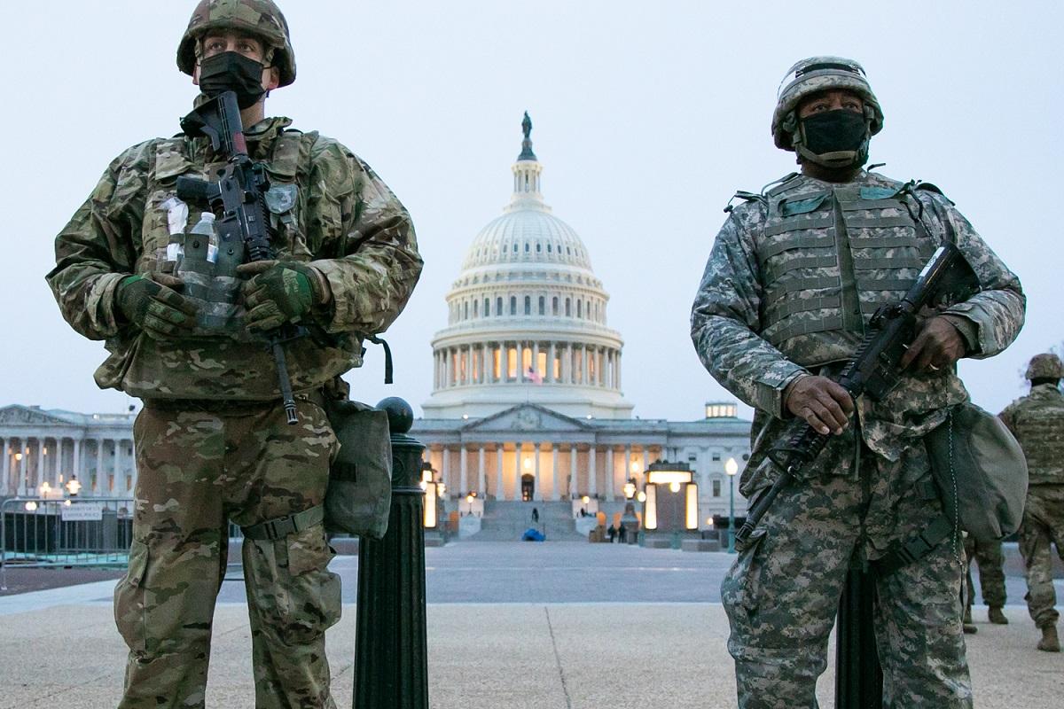 写真・図版 : 大統領就任式を前に、連邦議会議事堂前を警備する州兵=2020年1月15日、撮影・ランハム裕子