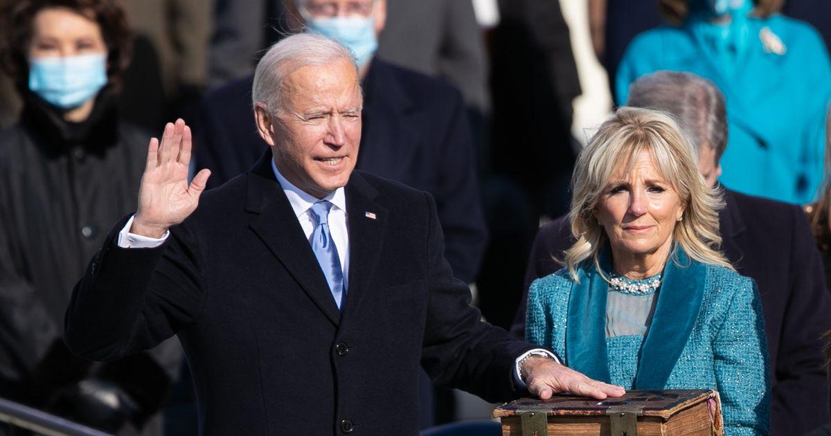 写真・図版 : 就任式で宣誓するバイデン米大統領=2021年1月20日、ワシントン、ランハム裕子撮影