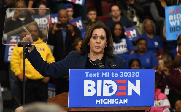 写真・図版 : カーマラ・ハリス氏=2020年3月9日、米ミシガン州デトロイト