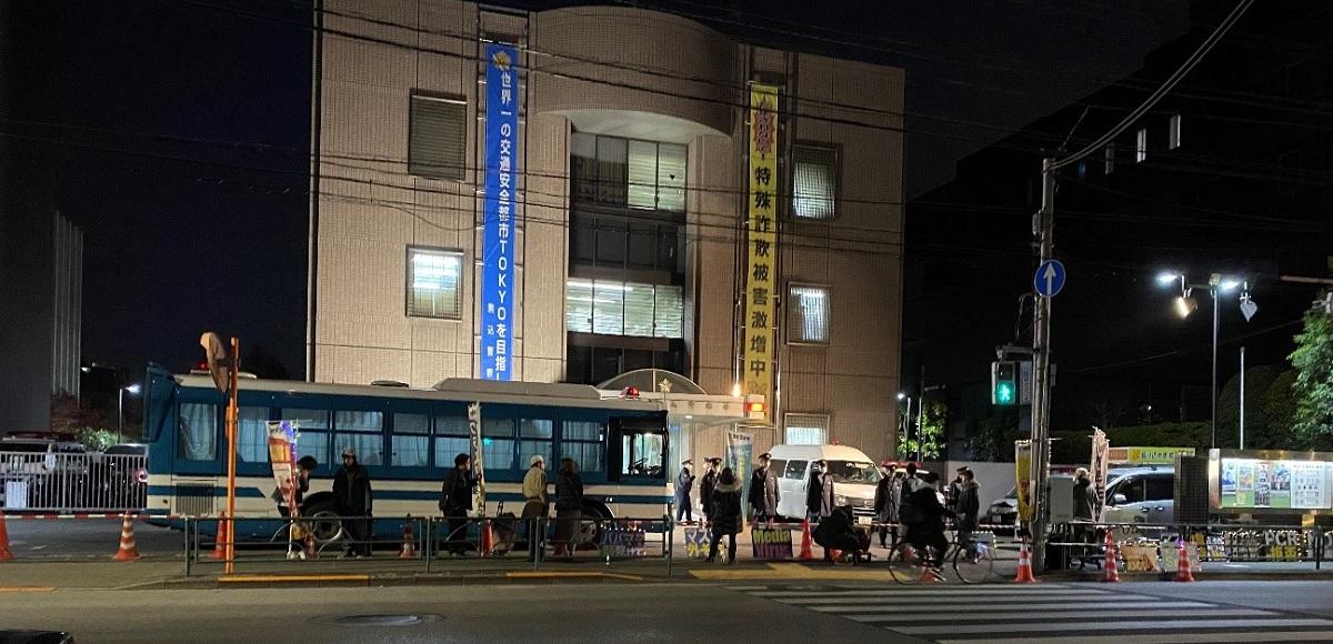 (※警視庁駒込署の前で平塚党首の逮捕に抗議する党員ら/2020年12月23日著者撮影)