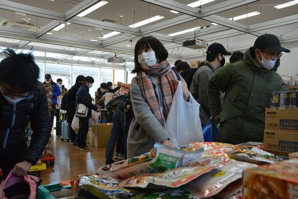 食料を受け取る学生ら=2021年1月22日、茨城県つくば市の筑波大