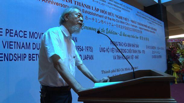 映画のスチール写真から。山崎博昭さんと日本のベトナム反戦運動についての回顧展会場であいさつする山本義隆・元東大全共闘代表=2017年8月、ベトナム・ホーチミンの戦争証跡博物館 ©きみが死んだあとで製作委員会