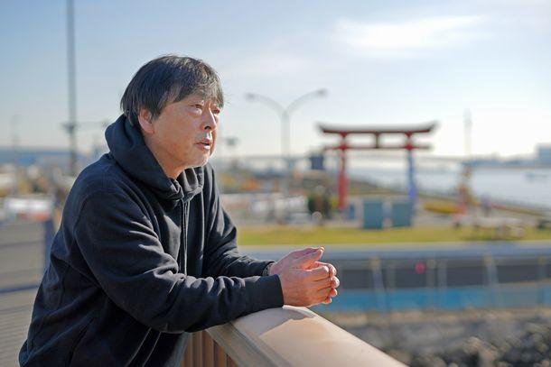 「羽田事件」の現場となった弁天橋の上に立つ代島治彦さん=2020年12月18日、東京都大田区
