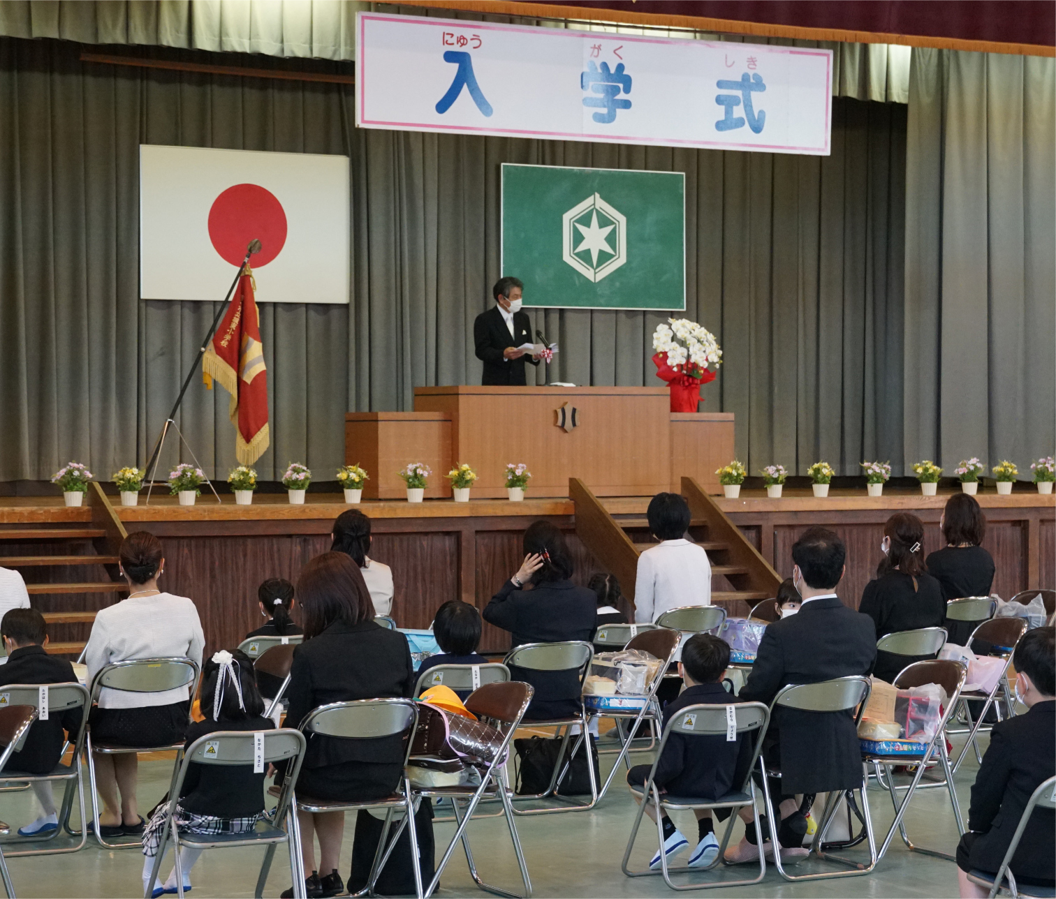 写真・図版 : 新型コロナの影響で、入学式が大幅に遅れた小学校も珍しくなかった=2020年5月23日、滋賀県彦根市の小学校
