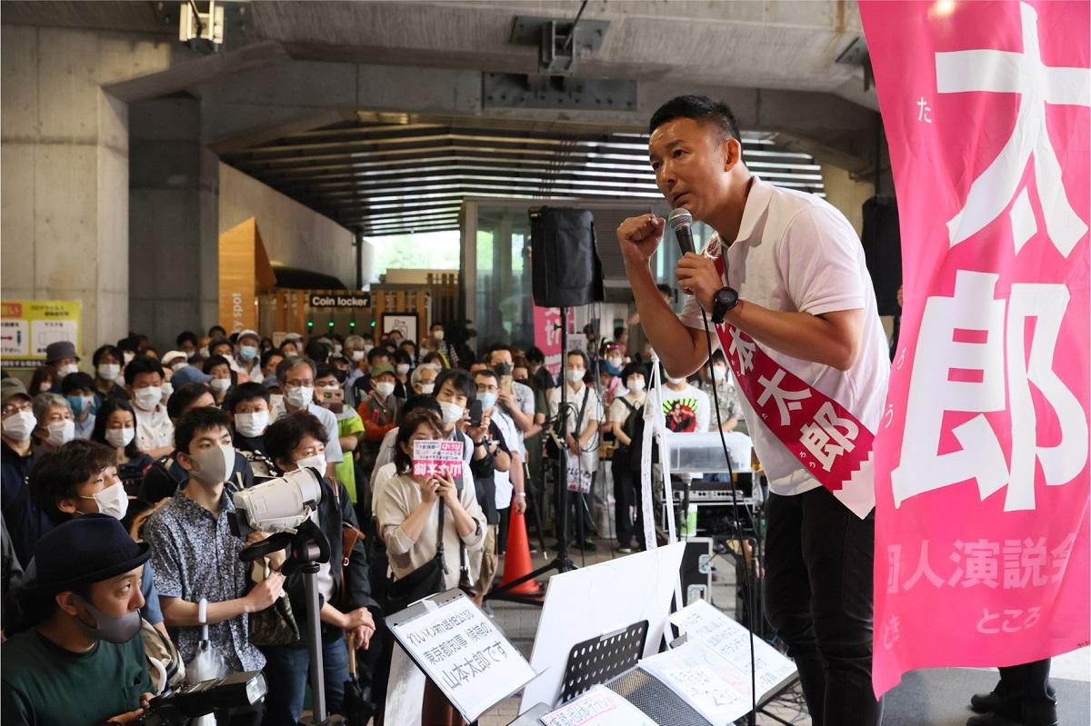 写真・図版 : 東京都知事選で街頭演説するれいわ新選組代表の山本太郎氏。れいわの特徴は個人寄付の多さで、報告書によると19年4月の設立から同年末までに集めた額は4億9984万円。総収入の82.7%を占める=2020年6月28日、東京都新宿区