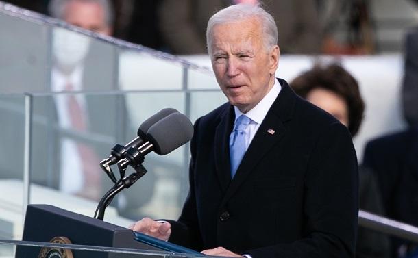 写真・図版 : 大統領就任式で演説するバイデン氏=2020年1月20日、ワシントン