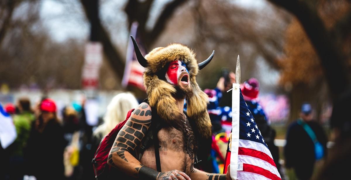 写真・図版 : 議事堂占拠に参加した「Qアノン・シャーマン」ことジェイク・アンジェリ 。不法侵入などの疑いで逮捕・起訴された Johnny Silvercloud / Shutterstock.com