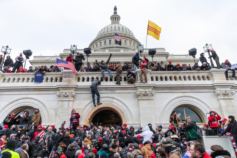 写真・図版 : 米議事堂を占拠したトランプ支持派=2020年1月6日、ワシントン lev radin / Shutterstock.com